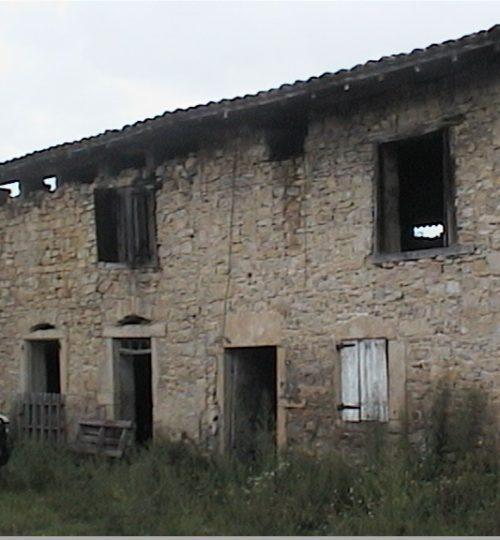 Rénovation toiture et façade en pierre : avant